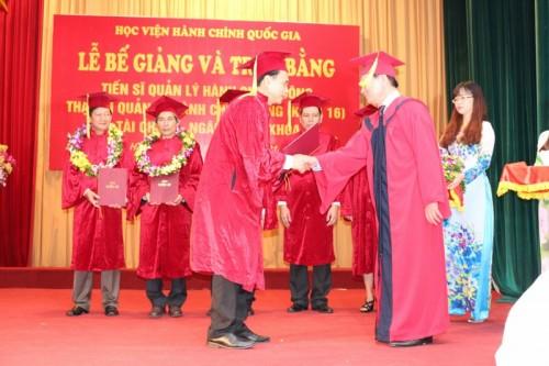 Lễ trao bằng tiến sỹ cho Vụ trưởng Vụ Tổ chức cán bộ