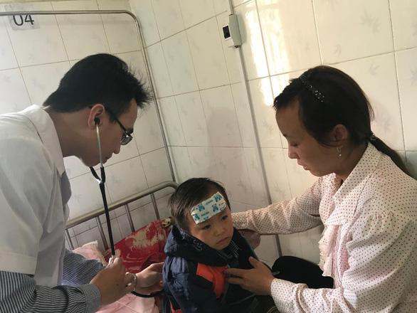 Bác sĩ về huyện nghèo, bệnh nhi hạn chế 'ở 7 ngày, uống kháng sinh'